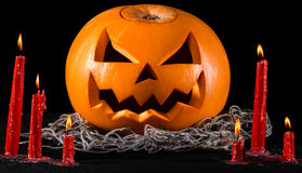 Läskig pumpa, stålarlykta, pumpa halloween, röda stearinljus på en svart bakgrund, halloween tema, pumpamördare Arkivbilder