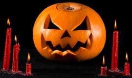 Läskig pumpa, stålarlykta, pumpa halloween, röda stearinljus på en svart bakgrund, halloween tema, pumpamördare Royaltyfria Bilder