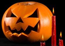 Läskig pumpa, stålarlykta, pumpa halloween, röda stearinljus på en svart bakgrund, halloween tema, pumpamördare Arkivfoton