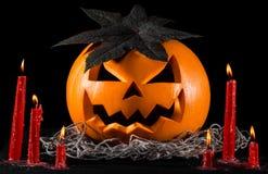 Läskig pumpa, stålarlykta, pumpa halloween, röda stearinljus på en svart bakgrund, halloween tema, pumpamördare Arkivfoto