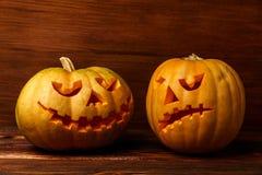 Läskiga allhelgonaaftonpumpor på träbakgrund Läskigt glödande framsidatrick eller fest Begrepp av halloween pumpa på woode Royaltyfria Bilder