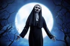 Läskiga asiatiska onda nunnakvinnauttryck på månskenet Royaltyfri Foto