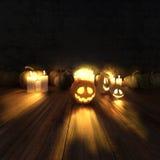 Läskiga halloween pumpor och tända stearinljus Royaltyfri Fotografi