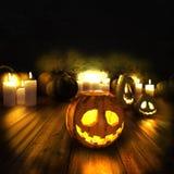 Läskiga halloween pumpor och tända stearinljus Arkivbild