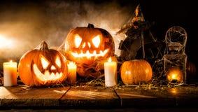 Läskiga halloween pumpor på träplankor Arkivfoton