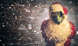 Läskiga Santa Claus med gasmasken Royaltyfri Bild