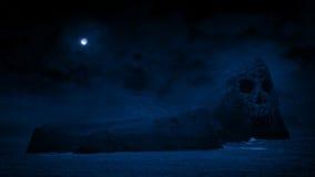 Läskiga Skull Island med månen över stock video