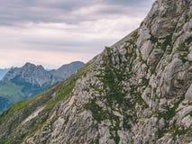 Läskigt brant berglandskap i schweizisk fjällängbrienzerrothorn Schweiz arkivfoto