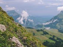 Läskigt brant berglandskap i schweizisk fjällängbrienzerrothorn Schweiz fotografering för bildbyråer