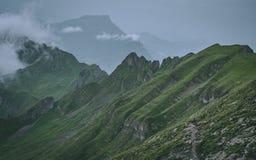 Läskigt brant berglandskap i schweizisk fjällängbrienzerrothorn Schweiz royaltyfri fotografi