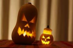 Läskigt hallowen framsidan som snidas i en pumpa Royaltyfria Foton