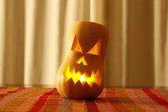 Läskigt hallowen framsidan som snidas i en pumpa Royaltyfri Fotografi
