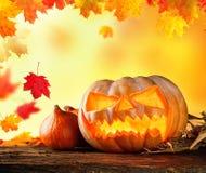 Läskigt hallowen pumpa på trä Arkivbilder