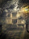 Läskigt spökat hus Arkivfoto