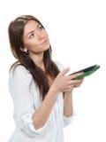 Läsning för brunettkvinnastudent och studerande bok och innehav in Royaltyfri Foto