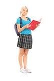 Läsning för kvinnlig student från en anteckningsbok Arkivbild