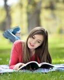 Läsning i natur är min hobby Royaltyfria Foton