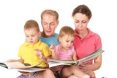 läst bokfamilj fotografering för bildbyråer