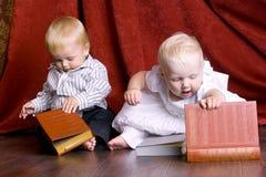 lästa bokbarn Fotografering för Bildbyråer