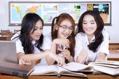Lästa högstadiumstudenter bokar tillsammans arkivbild