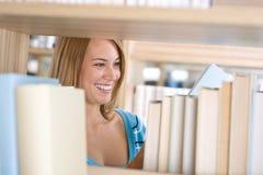 läste det gladlynt arkivet för boken deltagarekvinnan Fotografering för Bildbyråer