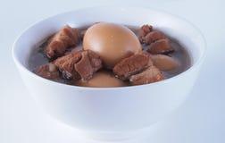 Lät småkoka griskött och ägg Arkivfoto