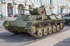 Lätt behållare för sovjet T-70 av tider av världskrig II på denpatriotiska handlingen på slottfyrkanten, St Petersburg Fotografering för Bildbyråer