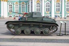 Lätt behållare för sovjet T-60 på denpatriotiska handlingen på slottfyrkanten, St Petersburg Arkivbild