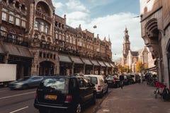 Lätt eftermiddag på gatan i hjärtan av Amsterdam arkivfoton