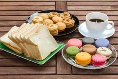Lätt frukost med svart kaffe Arkivbild