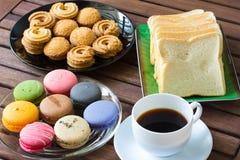 Lätt frukost med svart kaffe Arkivfoto