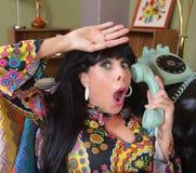 Lättad dam på telefonen Royaltyfri Fotografi