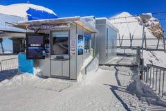 Lätthet för att ta bilder på Mt Titlis i Schweiz Fotografering för Bildbyråer