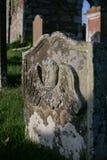Lättnad av en ängel på en gravsten i en kyrkogård, en Dumfries och en Galloway royaltyfria bilder