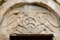 Lättnad med änglar och kors på den Jvari kloster, 6th århundrade i Mtskheta, Georgia Världsarvplats av UNESCO Arkivfoton