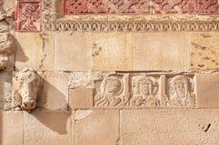 Lättnad med Jesus och modeller på den historiska väggen av den Svetitskhoveli domkyrkan som byggs i det 4th århundradet, Georgia Royaltyfri Foto
