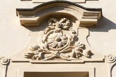 Lättnad på fasad av gammal byggnad, blom- motiv, Prague, Tjeckien arkivfoto