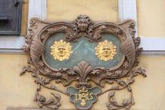 Lättnad på fasad av gammal byggnad, två solar, Nerudova gata, Prague, Tjeckien Royaltyfri Foto