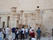 Lättnader på väggarna egypt egypt fördärvar forntida kolonner turister arkivbild