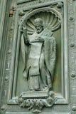 Lättnaderna på dörrarna av domkyrkan Arkivfoto