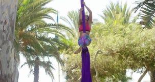 Lättrörlig idrotts- ung akrobatisk dansare stock video