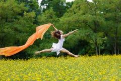 Lättrörlig kvinna som hoppar i luften Fotografering för Bildbyråer