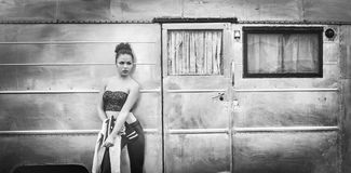 Lättretlig modestående av den unga kvinnan Royaltyfria Foton