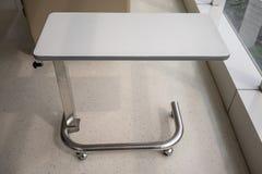 Lättvikts- bärbar medicinsk tabell för hjälpmedel Overbed tabell Arkivbilder