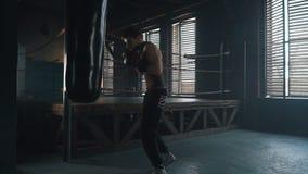 Lättvikts- boxare som stansar påsen i den slowmotion idrottshallen lager videofilmer