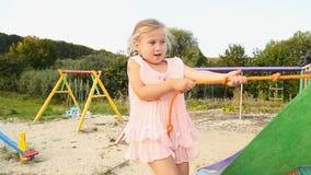 Läufe des kleinen Mädchens zum Spielplatz stock footage