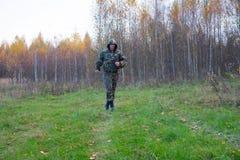 Läufe eines alten Mannes im Wald Lizenzfreie Stockfotografie