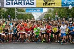 Läufer auf Anfang der 10-Kilometer- und 5 Kilometer-Bahnen Stockfotos