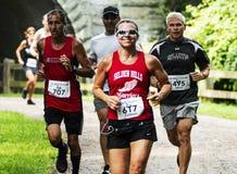 Läufer auf einem Weg im Wald, der ein 10K läuft lizenzfreie stockbilder