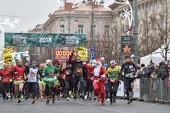 Läufer auf traditionellem Vilnius-Weihnachtsrennen lizenzfreie stockfotografie